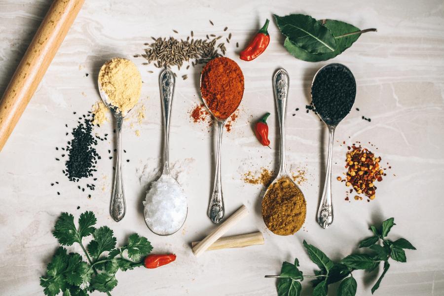 5 condimente pentru digestie, perfecte pentru masa de Paşte