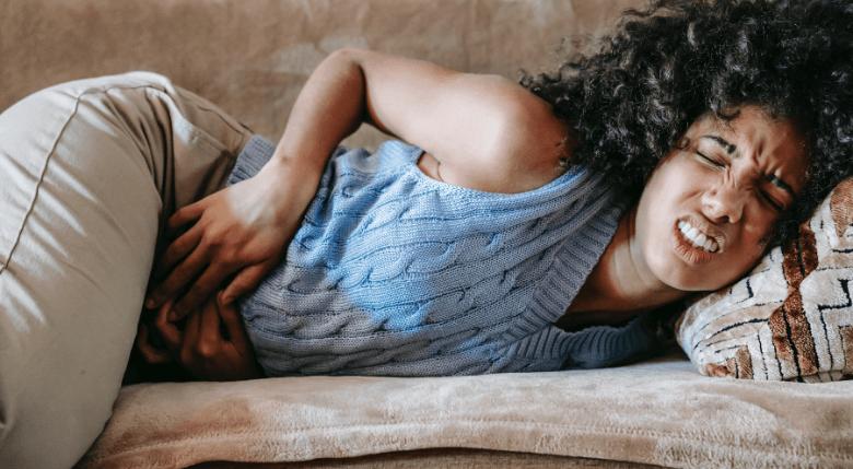 Personă care se confruntă cu dureri abdominale